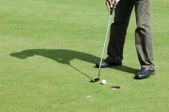 Abschließender Schlag auf Golfplatz Stockbild