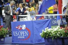 Abschließendes Trophäe Federer u. Djokovic US Open 2015 (116) Stockfoto