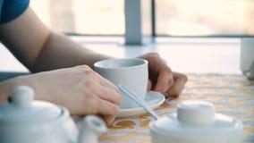 Abschluss bemannt oben Hände mit Tasse Kaffee auf dem Tisch und Fensterhintergrund GeschäftsmannKaffeepausenahaufnahme, Hände mit stockfotos