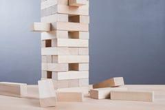 Abschluss blockiert oben hölzernes Spiel auf Holztischhintergrund Lizenzfreie Stockfotografie