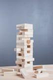 Abschluss blockiert oben hölzernes Spiel auf Holztischhintergrund Lizenzfreies Stockfoto