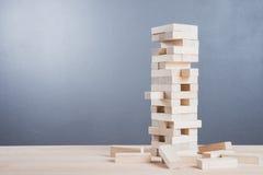 Abschluss blockiert oben hölzernes Spiel auf Holztischhintergrund Lizenzfreie Stockbilder