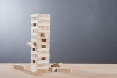 Abschluss blockiert oben hölzernes Spiel auf Holztischhintergrund Lizenzfreies Stockbild