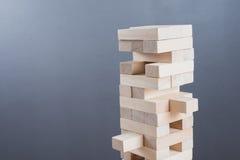 Abschluss blockiert oben hölzernes Spiel auf Holztischhintergrund Stockbild