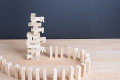 Abschluss blockiert oben hölzernes Spiel mit Wortrisiko auf hölzernem Block wo des Turms Stockbilder