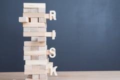 Abschluss blockiert oben hölzernes Spiel mit Wortrisiko auf hölzernem Block wo des Turms Lizenzfreie Stockfotos
