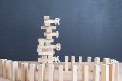 Abschluss blockiert oben hölzernes Spiel mit Wortrisiko auf hölzernem Block wo des Turms Stockfoto