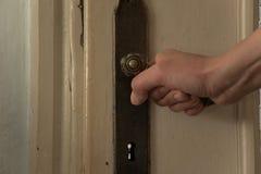 Abschluss der Frauenhand eröffnet die alte Tür Stockfotos