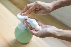 Abschluss der Frauenhand nehmen saubereren Schaum auf lizenzfreie stockfotos