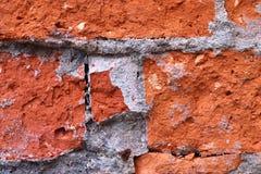 Abschluss der hohen Aufl?sung herauf die gealterten und verwitterten Backsteinmauern mit den roten und gelben farbigen Ziegelstei stockfotografie