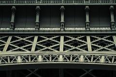 Abschluss des Eiffelturms in der niedrigen Winkelsicht, während des Sommers in Paris, Frankreich Lizenzfreie Stockfotografie