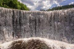 Abschluss des Gebirgswasserfalls oben Stockfotos