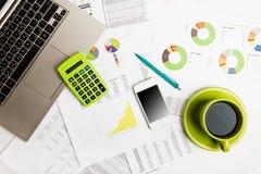 Abschluss des Geschäftsarbeitsplatzes mit Finanzberichten Stockbilder