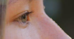 Abschluss des grünen Auges der Jugendlichen herauf Gesamtlänge Lizenzfreie Stockfotografie