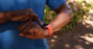 Abschluss des Mannes braucht eine intelligente Uhr auf stock footage
