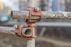 Abschluss des rostigen Metallbaugerüstverbindungsstücks Lizenzfreie Stockfotos
