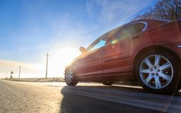 Abschluss ehrlich vom neuen roten Auto auf der Asphaltstraße an einem sonnigen Tag lizenzfreie stockfotografie