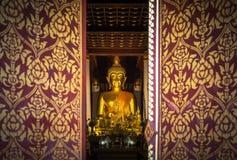 Abschluss herauf allgemeine goldene Buddha-Statue betrachtet durch Einstiegstür im wat Phra diesen allgemeinen Tempel Chae Haengs Stockfotos
