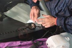 Abschluss herauf Autoglasurarbeitskraftfestlegung und -reparatur einer Windschutzscheibe oder der Windschutzscheibe eines Autos a lizenzfreies stockfoto