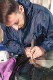 Abschluss herauf Autoglasurarbeitskraftfestlegung und -reparatur einer Windschutzscheibe oder der Windschutzscheibe eines Autos a lizenzfreie stockfotos
