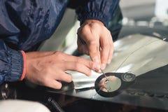 Abschluss herauf Autoglasurarbeitskraftfestlegung und -reparatur einer Windschutzscheibe oder der Windschutzscheibe eines Autos a lizenzfreie stockfotografie