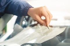 Abschluss herauf Automobilglaserarbeitskraftfestlegungs- und -reparaturwindfang oder Windschutzscheibe eines Autos in der Selbstt stockbild