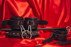 Abschluss herauf bdsm Ausstattung Knechtschaft, verworrene erwachsene Sexspiele, Schleife und BDSM-Lebensstilkonzept stockbild