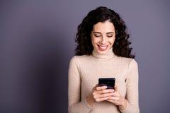 Abschluss herauf das Fotoüberraschen schön hält sie ihre Dame Handarme telefoniert die Leser instagram Postennachfolger, die rech stockfoto