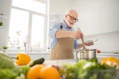 Abschluss herauf das Fotograu behaart er sein er Großvaterappetit-Wartegäste, die Lieblingsfamilientellermischung ganz in der Wan stockfotografie