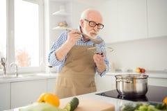 Abschluss herauf das Fotograu behaart er sein er Großvaterappetit-Wartegäste, die versuchende Geschmackwartezeit des Lieblingsfam stockfotos