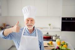 Abschluss herauf das Fotograu behaart er sein er Großvaterarmhandfingerdaumen herauf Symbol Promo Qualität geprüften Abnutzungsbä lizenzfreie stockbilder
