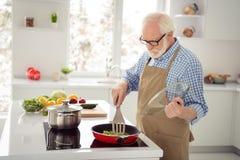 Abschluss herauf das Fotograu behaart er sein er Großvaterkoch, der kochenden Datums-Fraujahrestag des beschäftigten köstlichen T lizenzfreies stockbild