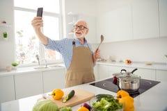 Abschluss herauf das Fotograu, das telefoniert er behaart ist, sein er Großvaterhände intelligentes Telefon, Fotos machen zu lass lizenzfreie stockfotos