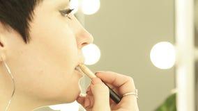 Abschluss herauf das Gesichtsfrauenhandeln bilden Lippen mit Bleistiftabschluß oben Erwachsene Frau, die Lippenstift auf Lippenvo stock video