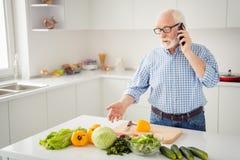 Abschluss herauf das Porträtgrau behaart er sein er Großvater starkes intelligentes Telefon des Handarm-Telefons sagen, zu hören  lizenzfreie stockfotografie