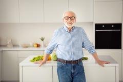 Abschluss herauf das Porträtgrau behaart er sein er Showhauptklassen-Abnutzungsspezifikt. der stolzen Küche des Großvaters magere stockfotos