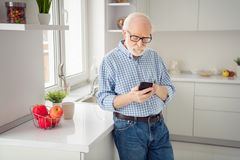 Abschluss herauf das Porträtgrau, das sieht er behaart ist, sein er Großvaterhandarmuhr Telefon-Lesernachrichten des Blicktelefon stockbilder