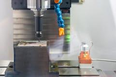 Abschluss herauf das Schneidwerkzeug, das mit Werkstück durch Fräsmaschine cnc der hohen Geschwindigkeit und der Genauigkeit arbe stockfotos