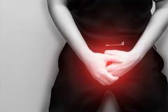 Abschluss herauf den jungen Mann, der seine Genitalien hält, verursachen die Schmerz, Prostatakrebs, vorzeitig, Ejakulation, Ergi Lizenzfreies Stockbild