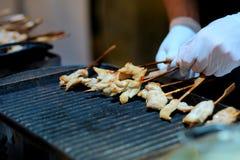 Abschluss herauf den Kellner an einem Bankett brät Stücke des Huhns stockfotografie