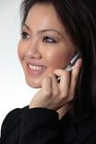 Abschluss--herauf die attraktive Geschäftsfrau, die auf Handy spricht Stockbild