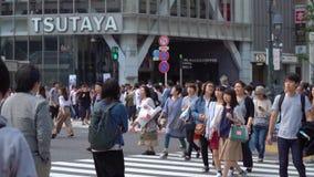 Abschluss herauf die Fußgänger, die auf Shibuya-Überfahrt im Tageszeit-Zeitlupevideo gehen stock video