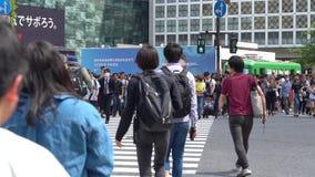 Abschluss herauf die Fußgänger, die auf Shibuya-Überfahrt im Tageszeit-Zeitlupevideo gehen stock footage