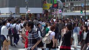 Abschluss herauf die Fußgänger, die auf Shibuya-Überfahrt im Tageszeit-Zeitlupevideo gehen stock video footage