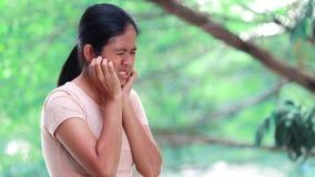 Abschluss herauf die Handgelenkschmerz der jungen Frau stock video