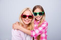 Abschluss herauf die Leute des Fotobeifalls zwei blond behaart sie ihre kleine Tochterenkelin der Oma, die bereiten Feiertag umar stockfotos