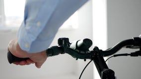 Abschluss herauf die Mann-Hände, die ein Fahrrad innerhalb eines Sport-Speichers prüfen stock footage
