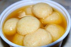 Abschluss herauf eine Schüssel von Inder Rasgulla-Nachtisch Rasgulla, indische süße Nahrung stockfotografie