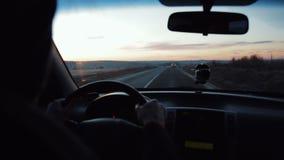 Abschluss herauf Fahrerreiten auf highwaythrough Feldern am Sonnenuntergangautofahrgeschwindigkeitsfreundnaturstraßen-Reisetransp stock video