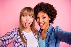 Abschluss herauf flippige dumme Verschiedenartigkeit des Fotos zwei überraschte sie ihre spielerischen Freunde der Damen, zu mach stockfotografie